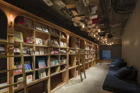 Suppose Design Office Book and Bed Hotel-Bücherei in Tokyo