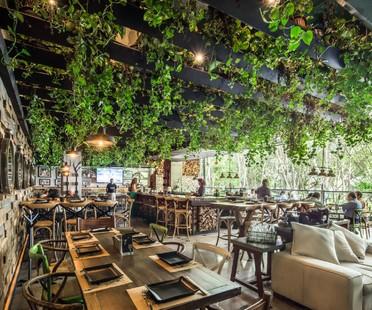 Unendliche Wälder im Wine Park von Broissin Architects