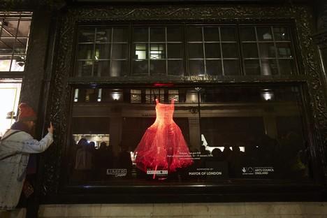 Architektur und Lichter in der Nacht in London und Amsterdam