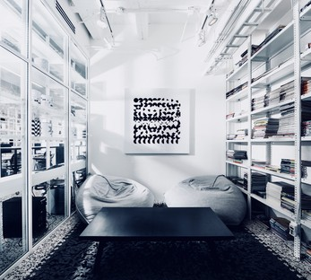 Die mexikanischen Designer Cadena Asociados haben einen neuen Sitz in Schwarz und Weiß in Monterrey.