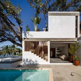Main Office entwirft ein Haus inmitten der tropischen Landschaft Mexikos