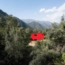 Felipe Assadi Arquitectos entwirft La Roja, ein rotes Haus in den Bergen Chiles.