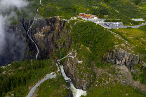 Carl-Viggo Hølmebakk Fußgängerbrücke über den Wasserfall Vøringsfossen Norwegen