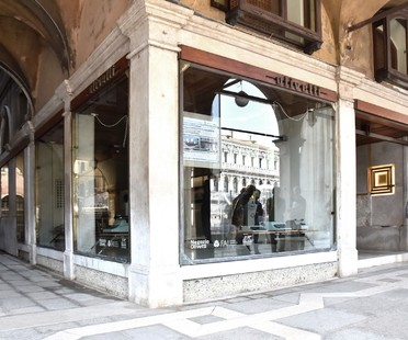 Daniele Lauria kuratiert Together in Venedig im Olivetti-Geschäft von Carlo Scarpa
