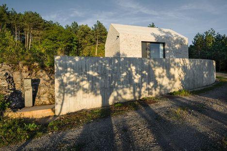 Compact Karst House, Dekleva Gregorič interpretiert das Karsthaus neu
