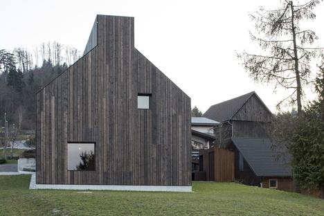 Dekleva Gregoric Architects: Haus mit Kamin in Logatec, Slowenien