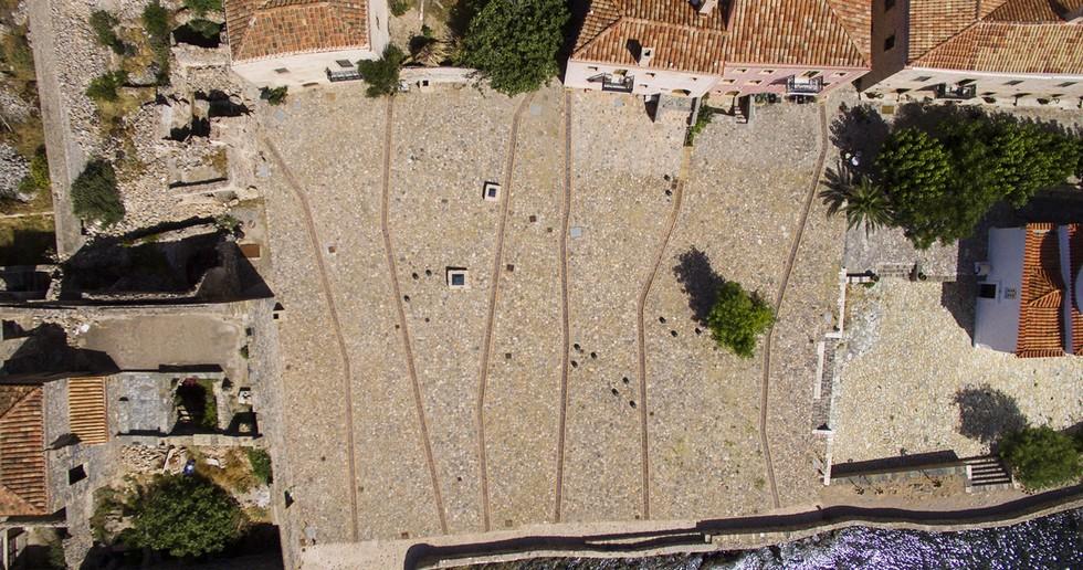 Moy Studio: Water Paths, der neue Platz von Monemvasia