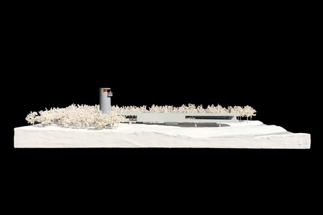 TAO: Belvedere mit Turm am Schwanensee von Rongcheng, China
