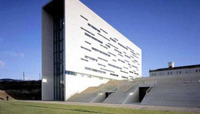 Rektorat der Neuen Universität von Lissabon - Manuel und Francisco Aieres Mateus. Lissabon, 1998