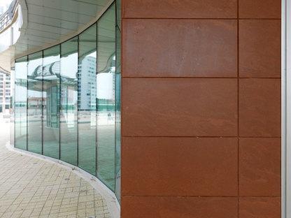 Il rivestimento Rupas di Porcelaingres completa con le superfici vetrate
