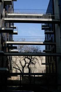 Gang zwischen einer Fassade und der anderen