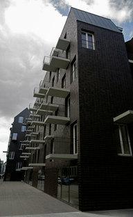 Das Profil des Gebäudes mit Balkonen und Vordächern