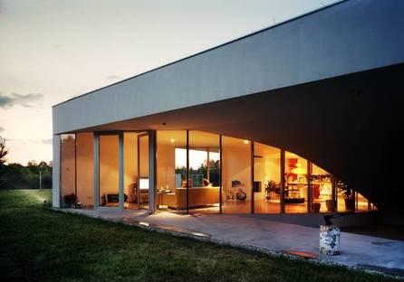 Erdgeschoss: Blick auf die Glaswand des Wohnzimmers