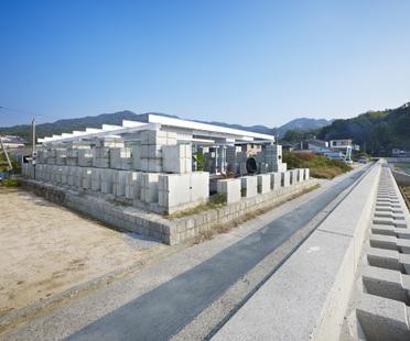 Naf architect: Haus aus wiederbenutztem Zement