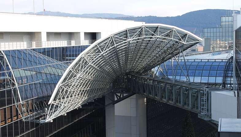 Japanische Bahnhöfe: Architekturen und Hochgeschwindigkeit.