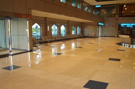Fußböden und Verkleidungen in den großen Aufenthalts- und Durchgangsbereichen