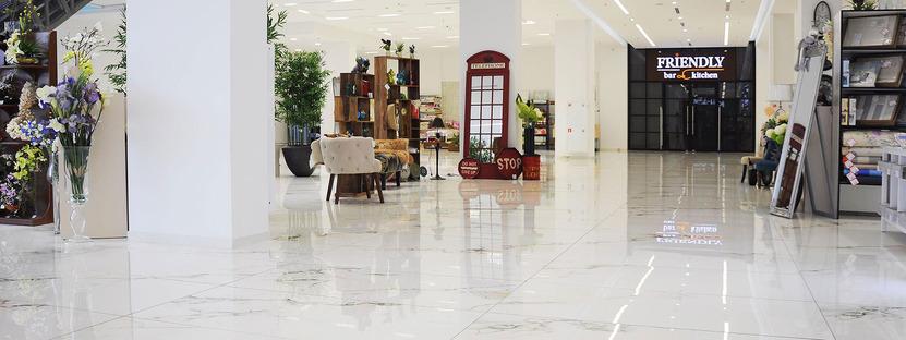 Fußböden aus Feinsteinzeug in Marmoroptik FMG für Einkaufszentren