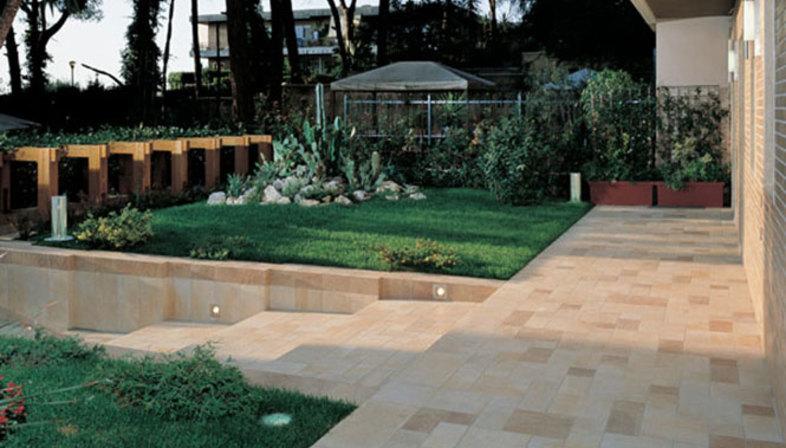 Fußböden für Außenanlagen aus Feinsteinzeug in Stein-Optik