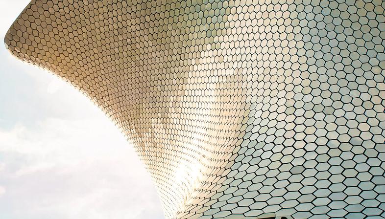 Gebogene Fassade aus Aluminiumsechsecken – Museum Soumaya in Mexiko City
