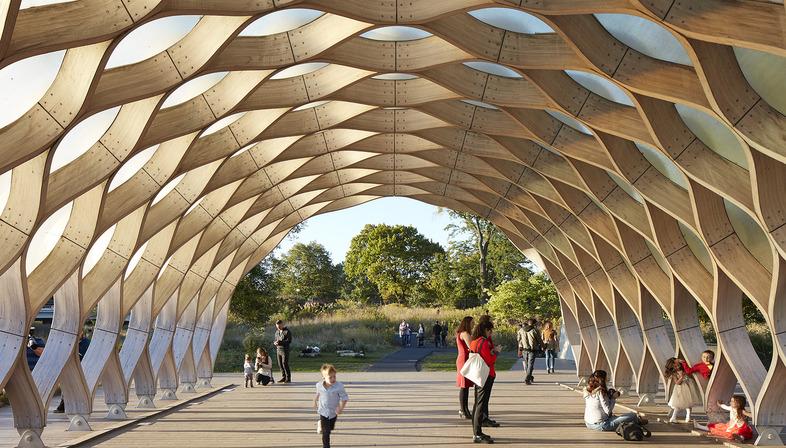 Pavillon aus Holzlamellen und Fiberglas im Lincoln Park Zoo von Chicago