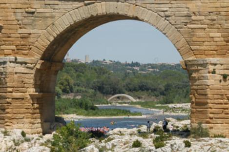 Der kleine Bruder der Pont du Gard ist eine Brücke aus Kartonhülsen von Shigeru Ban