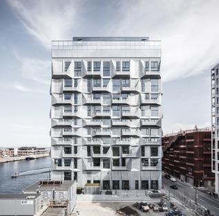 Wohnungen in den Silos mit einer Fassade aus galvanisiertem Stahl von COBE Architects