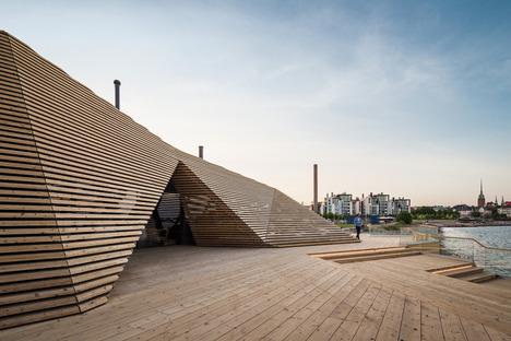 Kuppeln als Holzlamellen für ein Restaurant mit Sauna von Avanto Architects