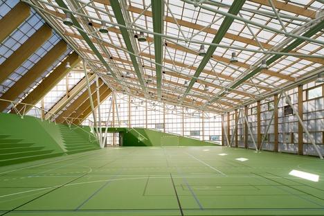 Sportplatz mit Polykarbonatdach von Dorte Mandrup