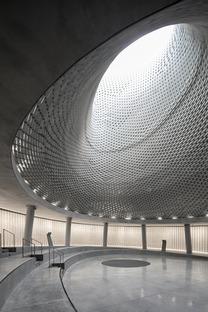 Die Mount Herzl Memorial Hall aus Aluminiumziegeln von Kimmel Eshkolot Architects