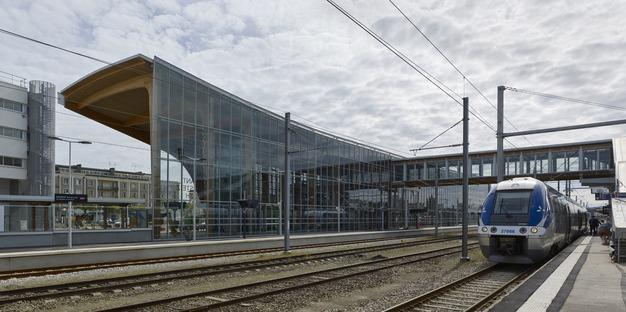Ein Bahnhof aus Schichtholz und Glas in LORIENT-BRETAGNE SUD von AREP