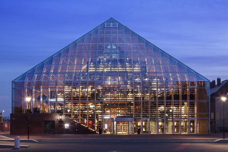 Der pyramidenförmige Bücherberg von MVRDV aus Glas und Schichtholz