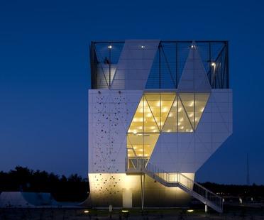 Ein Mini-Sportturm mit Aluminiumfassade von Dorte Mandrup