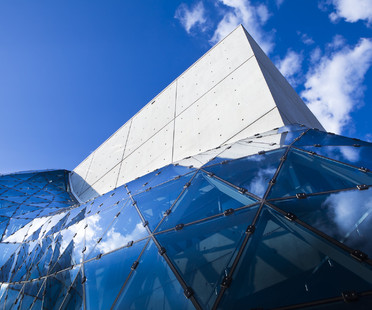 Zement und eine Glas- und Stahlkugel für das Dalì Museum in St. Petersburg, Florida von HOK.