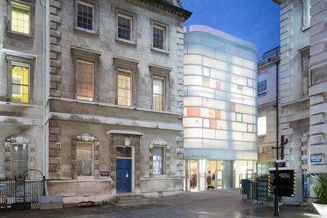 Steven Holl's Maggie's Centre Barts in London besteht aus Beton, Glas und Bambus.