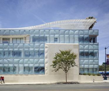 Die neue Fassade aus Formglas der Gores Group HQ in Kalifornien von Belzberg Architects