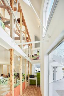 Der Kindergarten in Okazaki von MAD aus Holz und Asphaltfliesen.