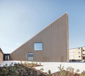 Die Bibliothek von Tingbjerg ist ein Projekt von COBE mit einer Fassade aus Backstein-Baguettes.
