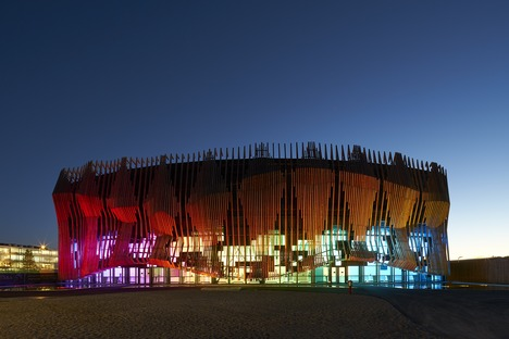 Der Showpalast von GRAFT Architekten aus Holz und Glas