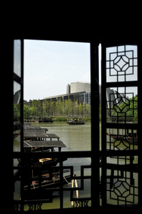Das Wuzhen Theater aus Ziegel, Stahl und Glas von Kris Yao