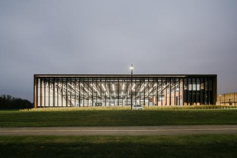 Smart Factory aus Stahl und karbonisiertem Holz