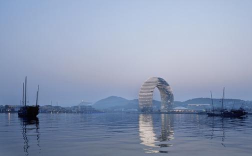 Das ringförmige Sheraton-Hotel von MAD aus Beton, Glas und Aluminium