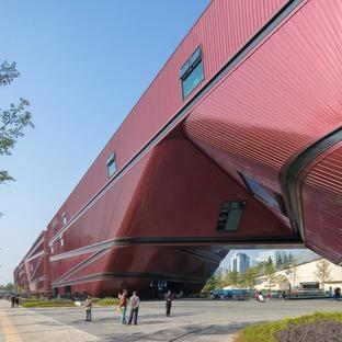 Longgang von Mecanoo, schräge, überhängende Fassaden aus Beton und Aluminium