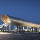 Der Bahnhof KØGE Nord ist ein Stahltunnel, der mit Aluminium und Holz verkleidet ist.