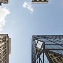 Gebäude von OMA in Manhattan aus schwarzem Beton und Glas