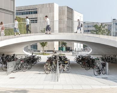 Schalenförmige Betonhügel für den Karen Blixen Square von COBE