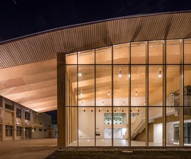 Holzstruktur für das Sportzentrum ICU von Kengo Kuma
