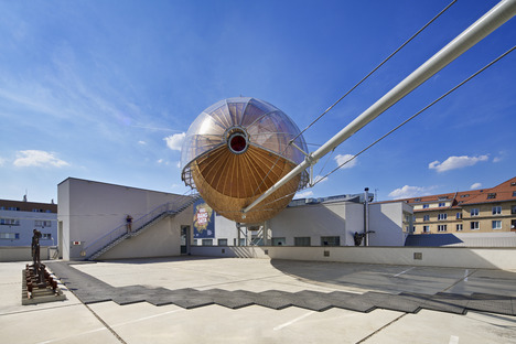 Gulliver, Auditorium aus Holz, Stahl und Plexiglas in Prag