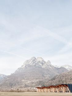 Palacongressi in Agordo aus Schichtholz und Fachwerk