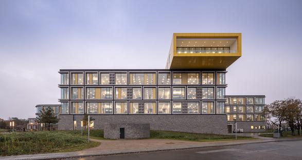 Der LEGO Campus ist aus Aluminium und Stein