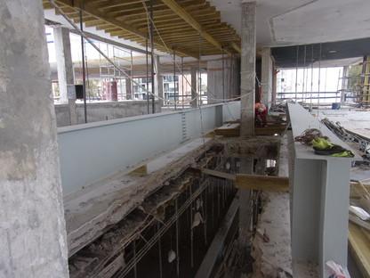 Minimalistische Sanierung aus Beton und Stahl von LAPS-Arquitectos